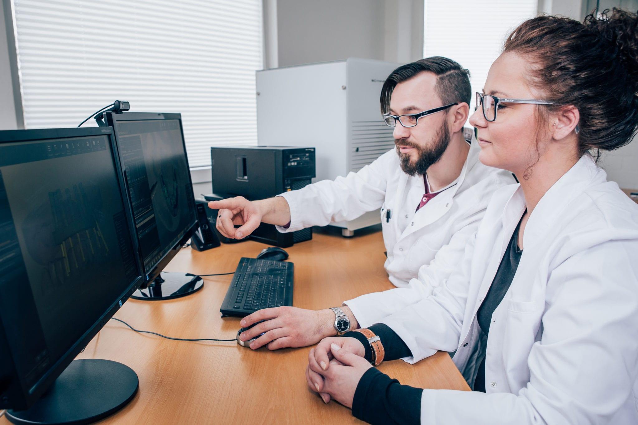 Mitarbeiter-vor-zwei-Bildschirmen